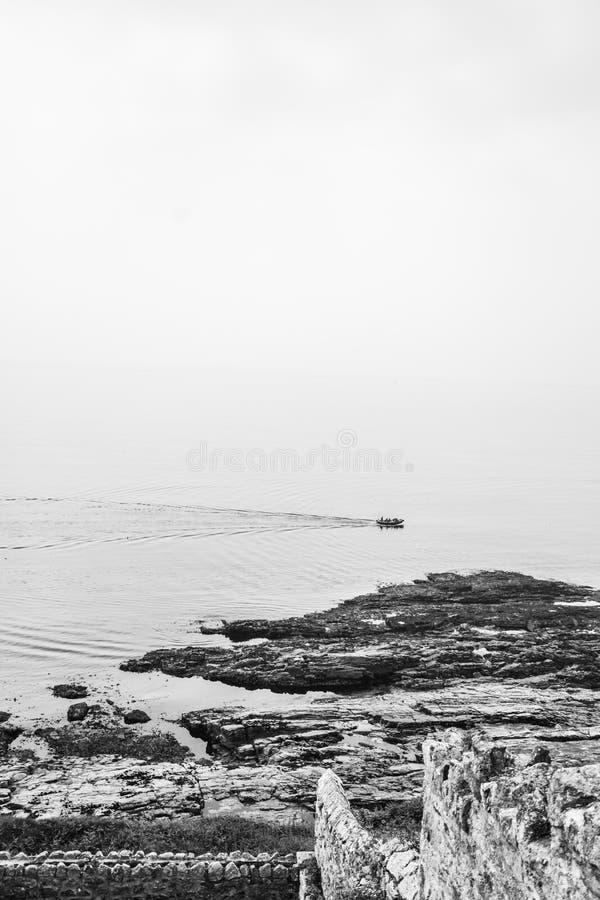 Motorboot in einer Bucht in Cornwall lizenzfreie stockfotos