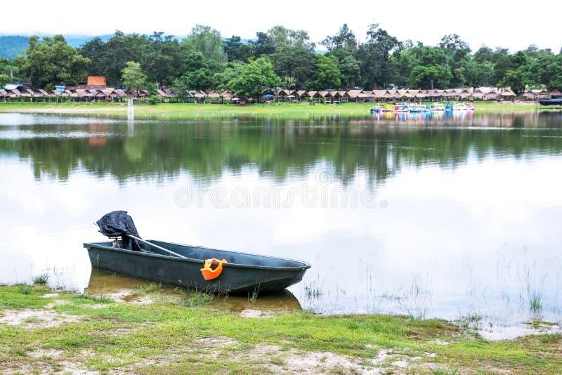 Motorboot en oranje reddingsvest naast meer met vlotten, de achtergrond van de pedaalboot in Chiangmai thailand stock foto