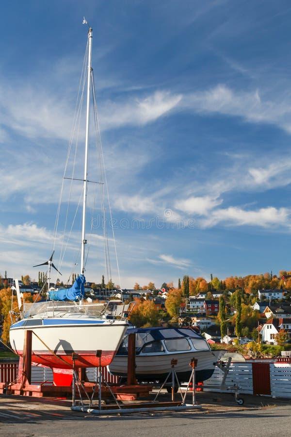 Motorboot en varende jachtentribune op kust royalty-vrije stock foto