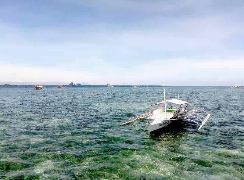 Motorboot in het heiligdom van eiland` s vissen stock foto's