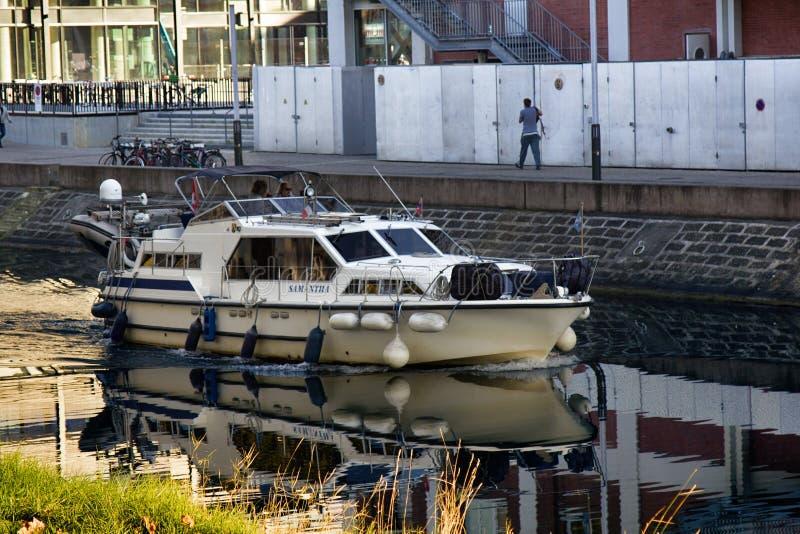 Motorboot in kanaal, waterweg royalty-vrije stock afbeeldingen