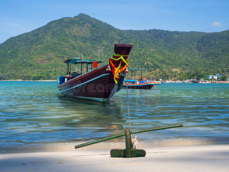 Motorboot met een anker dichtbij het eiland royalty-vrije stock foto