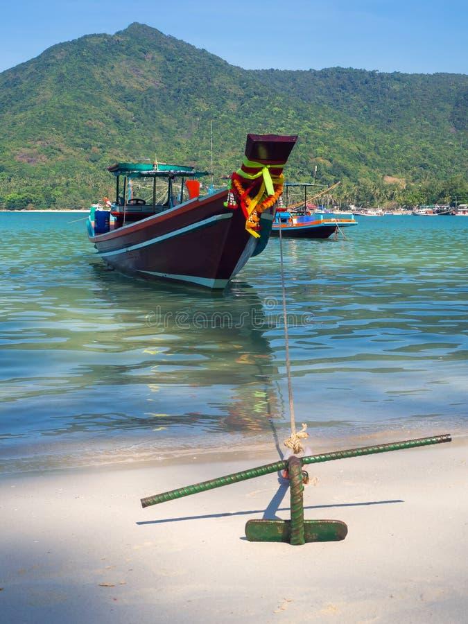 Motorboot met een anker dichtbij het eiland stock foto