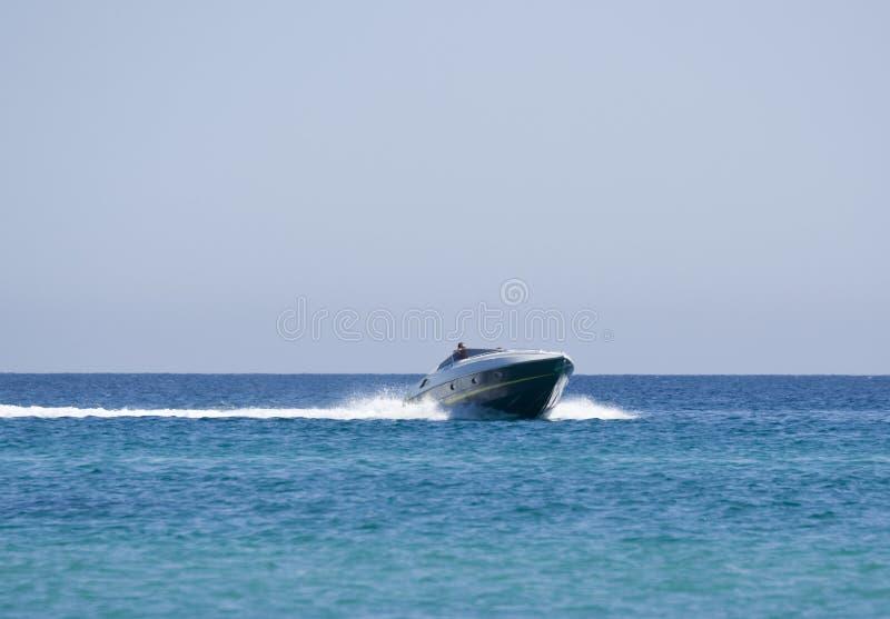 Motorboot met kapitein stock foto's