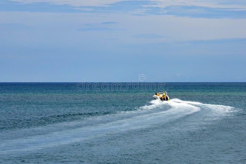 Motorboot met toeristenzeilen in het blauwe overzees royalty-vrije stock afbeelding