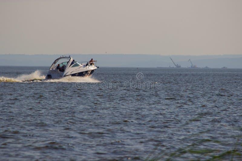 Motorboot mit Wellen auf dem Fluss stockbild