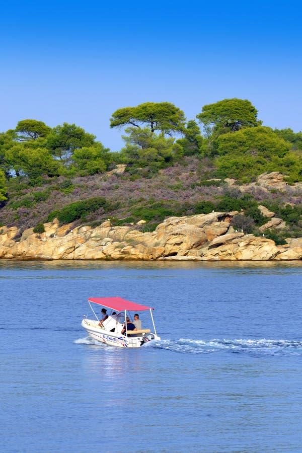 Motorboot naderbij komende kust royalty-vrije stock afbeelding