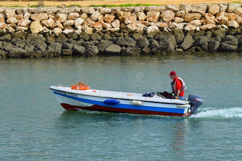 Motorboot op de Bensafrim-rivier in de haven van Lagos royalty-vrije stock afbeeldingen