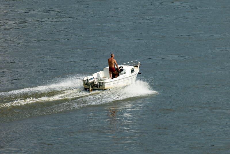 Motorboot op de rivier stock fotografie