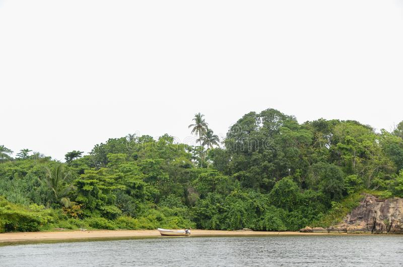 Motorboot op de zandige bank van de rivier stock foto