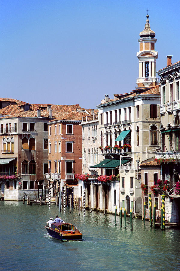 Motorboot op Grand Canal, Venetië, Italië. stock afbeelding