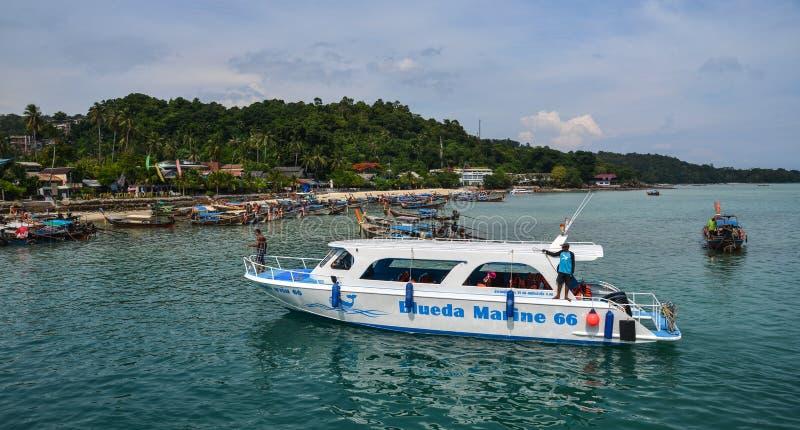 Motorboot op het overzees in Phuket, Thailand royalty-vrije stock foto's