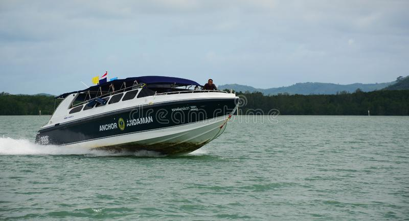 Motorboot op het overzees in Phuket, Thailand stock foto