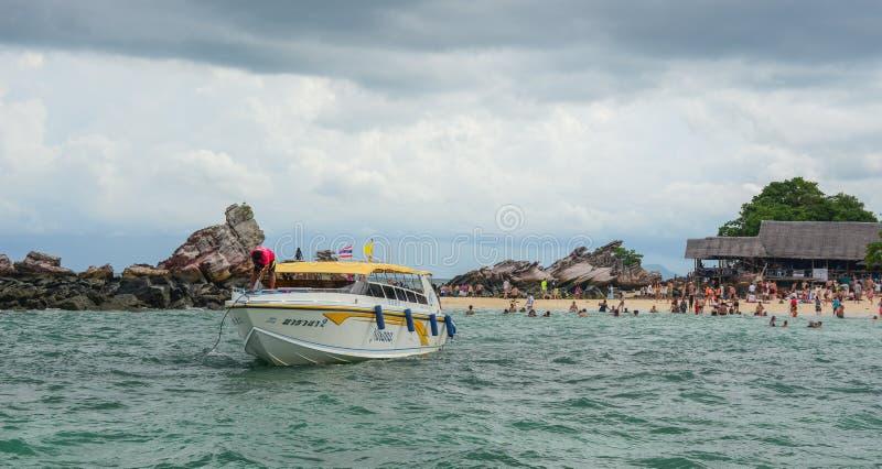 Motorboot op het overzees in Phuket, Thailand stock foto's