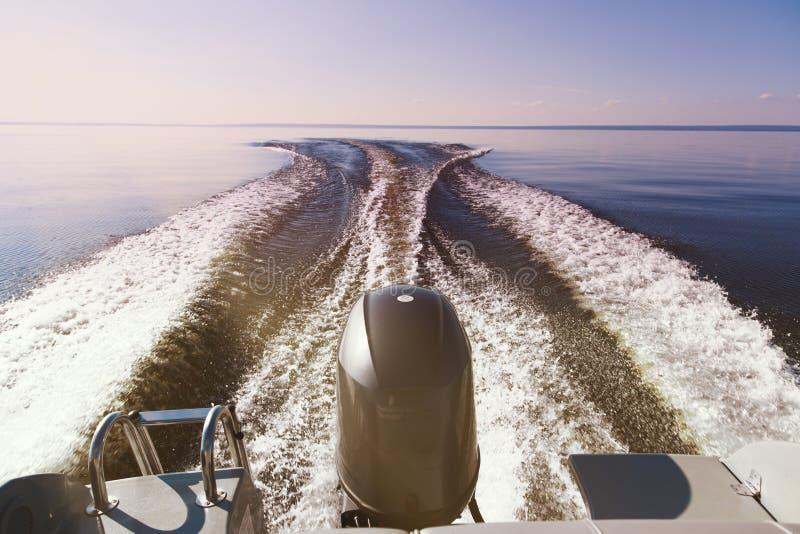 Motorboot op het overzees in zonsondergangtijd stock afbeelding
