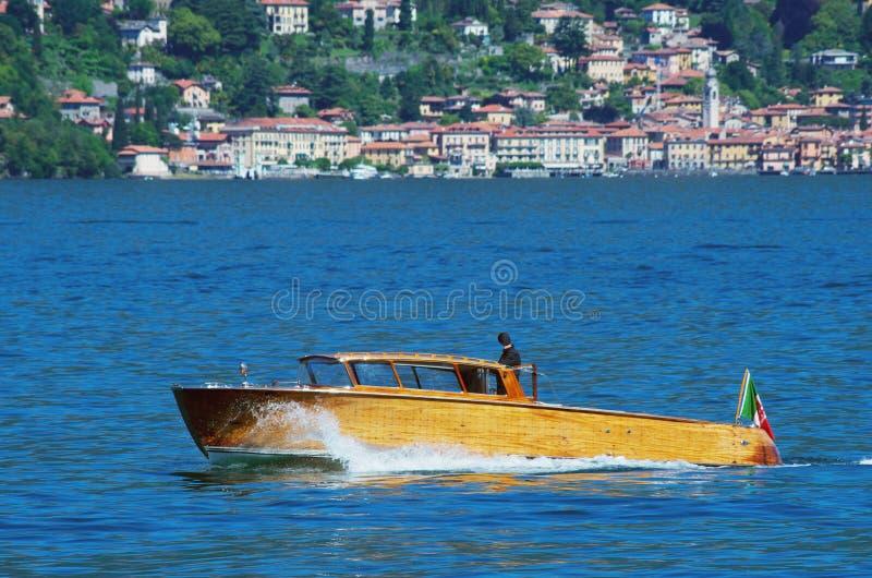 Motorboot op Meer Como royalty-vrije stock afbeeldingen