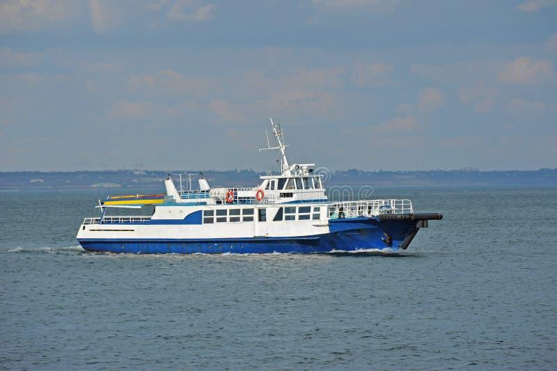 Motorboot op zee stock afbeelding