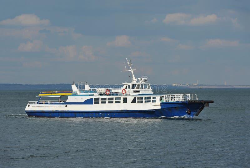 Motorboot op zee royalty-vrije stock afbeelding