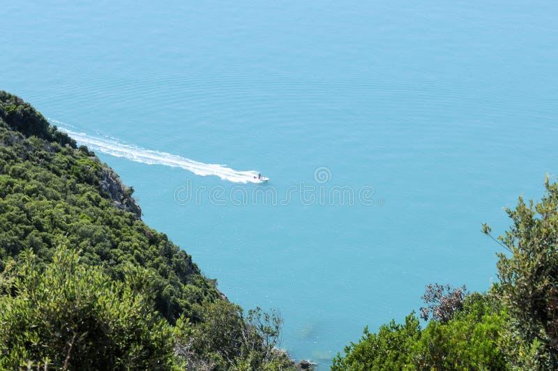 Motorboot op zee royalty-vrije stock afbeeldingen