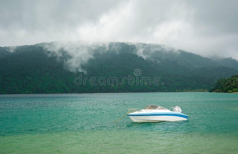 motorboot in overzees stock foto's