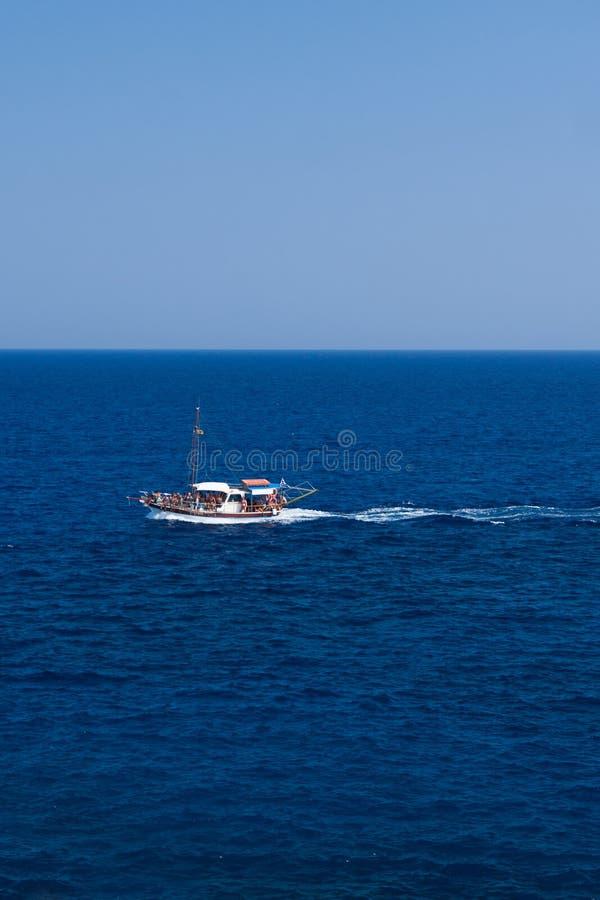 Motorboot und Geschwindigkeit im blauen Meer lizenzfreies stockbild