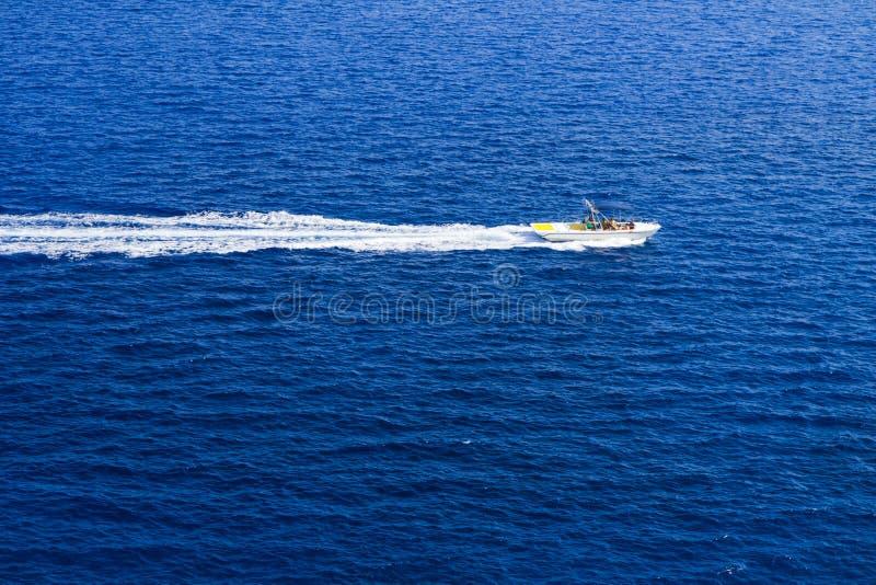 Motorboot und Geschwindigkeit im blauen Meer stockfoto