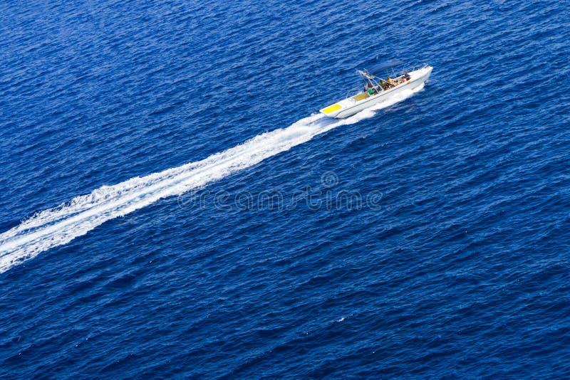 Motorboot und Geschwindigkeit im blauen Meer stockbilder
