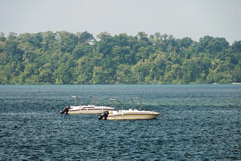 Motorboot in verbazend kleurrijk water stock afbeelding
