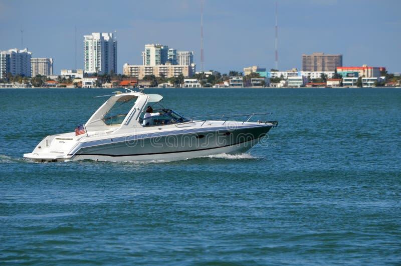 Motorboot voor de betere inkomstklasse op de Intra-Coastal Waterweg van Florida stock afbeelding