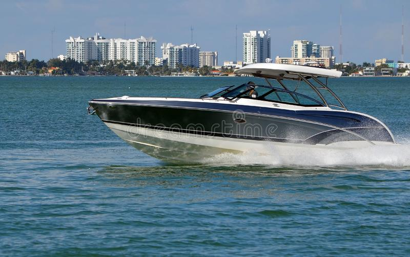 Motorboot voor de betere inkomstklasse op de Intra-Coastal Waterweg van Florida stock fotografie