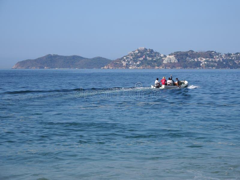 Motorboot voor visserij en toerist excursies van Vreedzame Oceaan in ACAPULCO in MEXICO, baailandschap wordt gebruikt dat royalty-vrije stock foto's