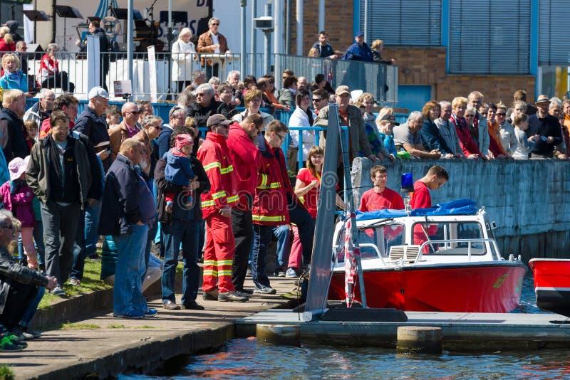 Motorbootrettungsdienst und die Zuschauer auf der Ufergegend stockbilder
