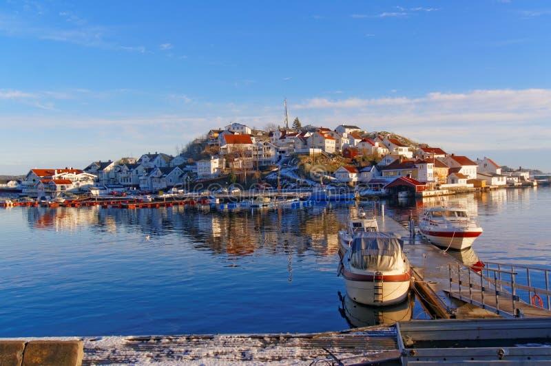 Motorboten in de haven in de winter worden vastgelegd die stock foto