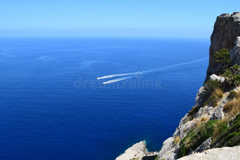 Motorboten dichtbij Formentor op Majorca royalty-vrije stock foto's