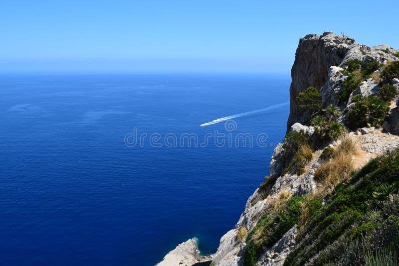 Motorboten dichtbij Formentor op Majorca stock fotografie
