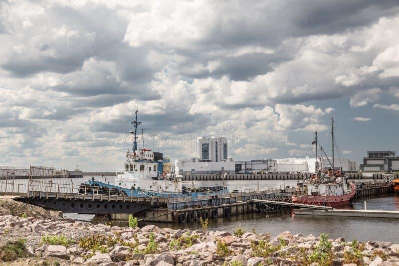 Motorboten dichtbij Navigatiepas van heilige-Petersburg Dam, Kronstadt, Rusland stock foto