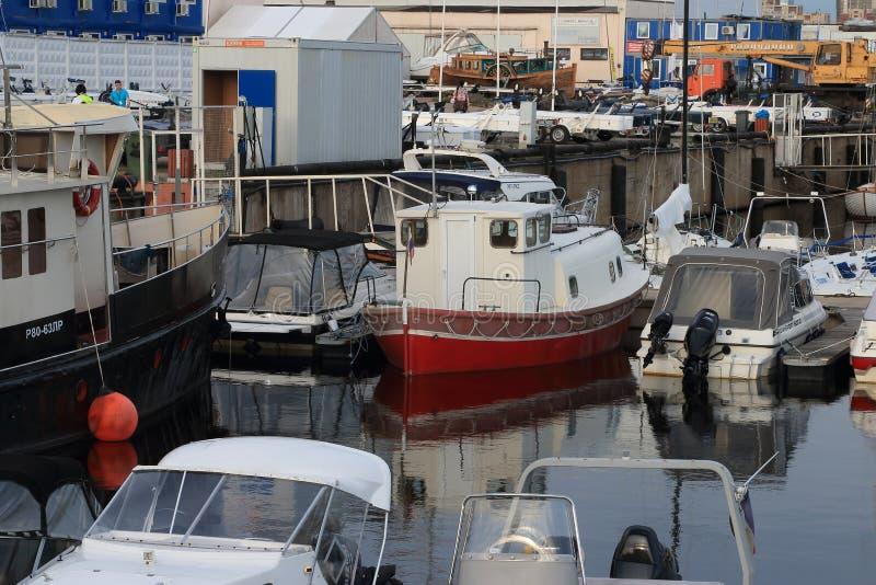 Motorboten op water royalty-vrije stock afbeelding