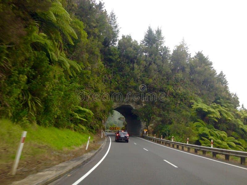 Motorcar jeżdżenie na drogowym tunelu rzeźbił z rockowej góry zdjęcia royalty free