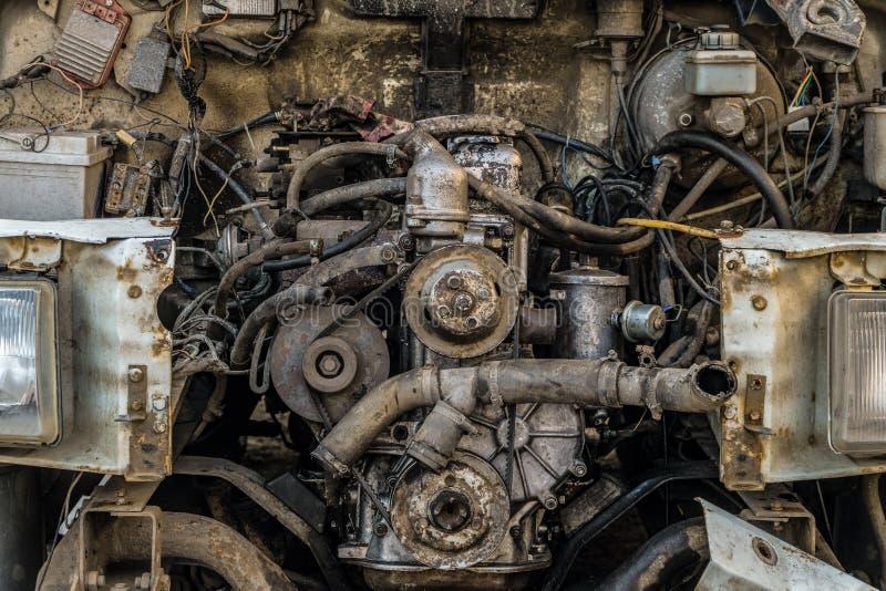 Motorcompartiment van een oude auto Open kap met oude auto'sdetails, auto-afval stock fotografie