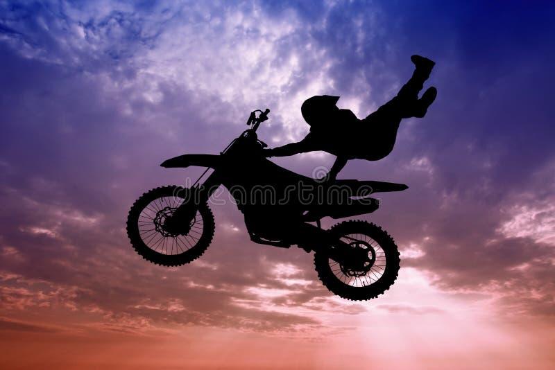 Motorcross do estilo livre no por do sol ilustração stock