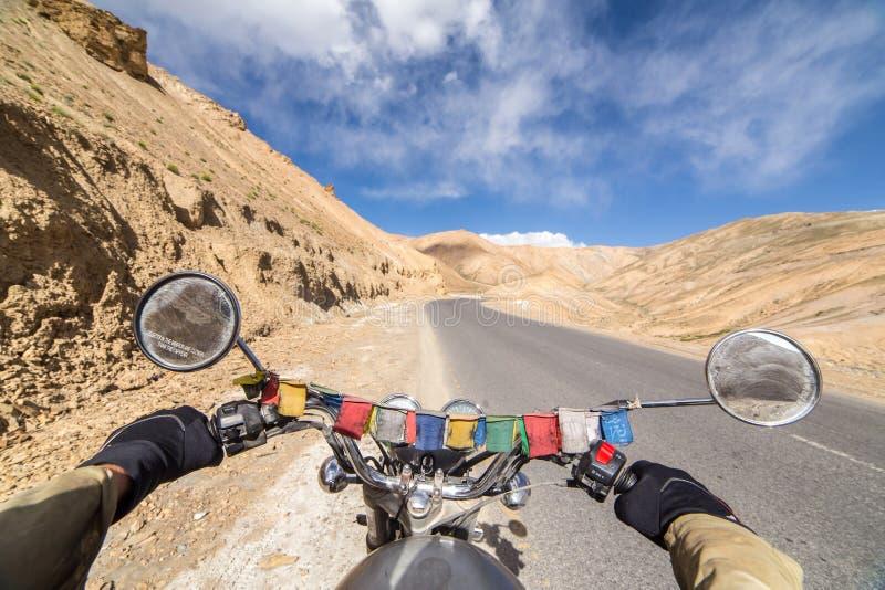 Motorcycling η εθνική οδός του Σπίναγκαρ Leh, ένας δρόμος μεγάλου υψομέτρου που διαβαίνει τη μεγάλη σειρά Himalayan, Ladakh, Ινδί στοκ φωτογραφία με δικαίωμα ελεύθερης χρήσης