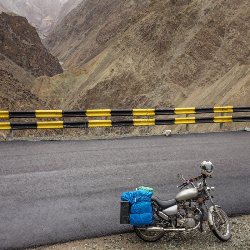 Motorcycling η εθνική οδός Leh Manali, ένας δρόμος μεγάλου υψομέτρου που διαβαίνει τη μεγάλη σειρά Himalayan, Ladakh, Ινδία στοκ εικόνες