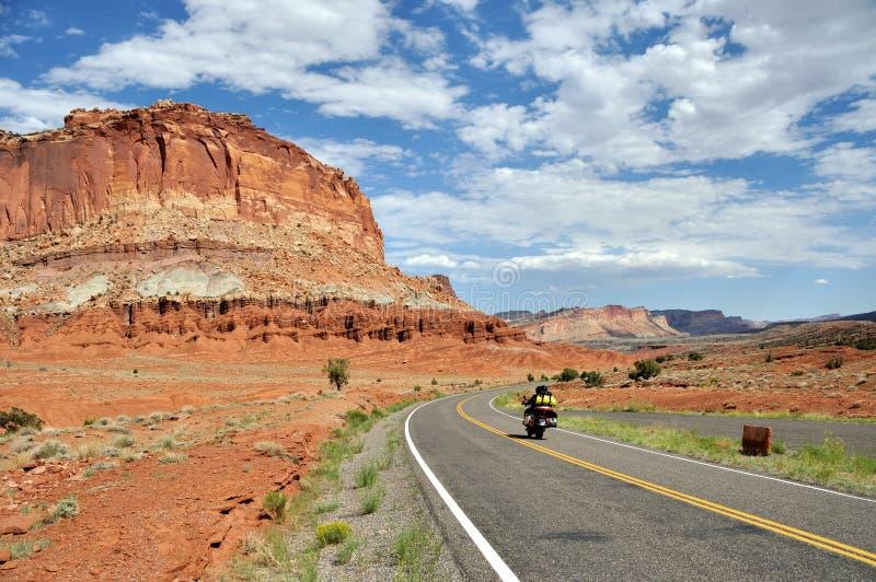 Motorcycling μέσω του εθνικού πάρκου σκοπέλων Capitol στοκ φωτογραφίες