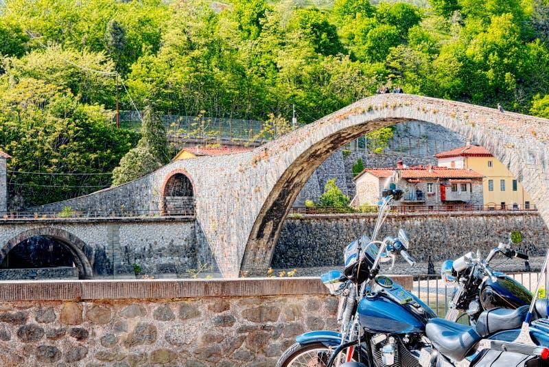 Motorcycling στη γέφυρα διαβόλων ` s, Garfagnana, Lucca στοκ εικόνες με δικαίωμα ελεύθερης χρήσης
