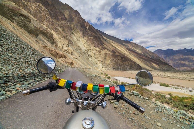 Motorcycling den Leh Manali huvudvägen, en väg för hög höjd, som korsar det stora Himalayan området, Ladakh, Indien royaltyfria bilder