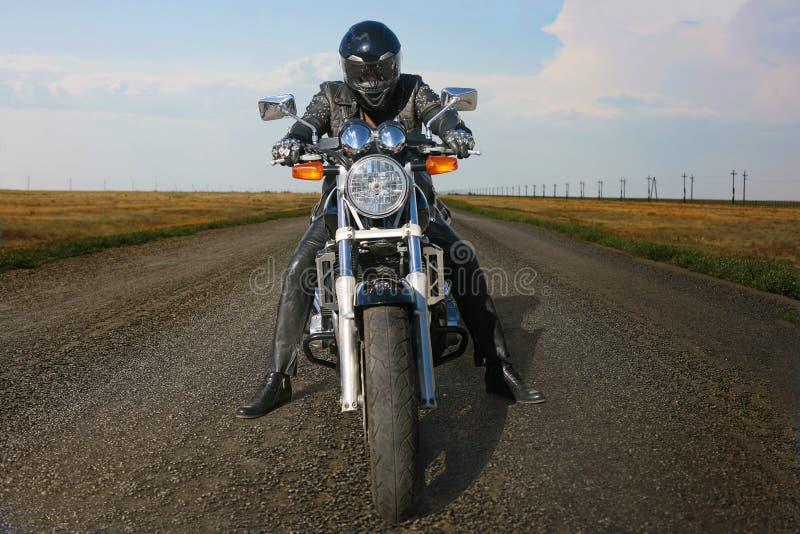 Motorcyclist на мотоцикле на дороге стоковое изображение rf
