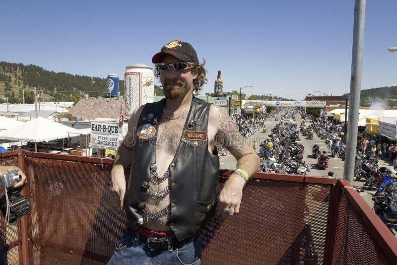 Motorcyclist представляя на главной улице стоковое фото rf