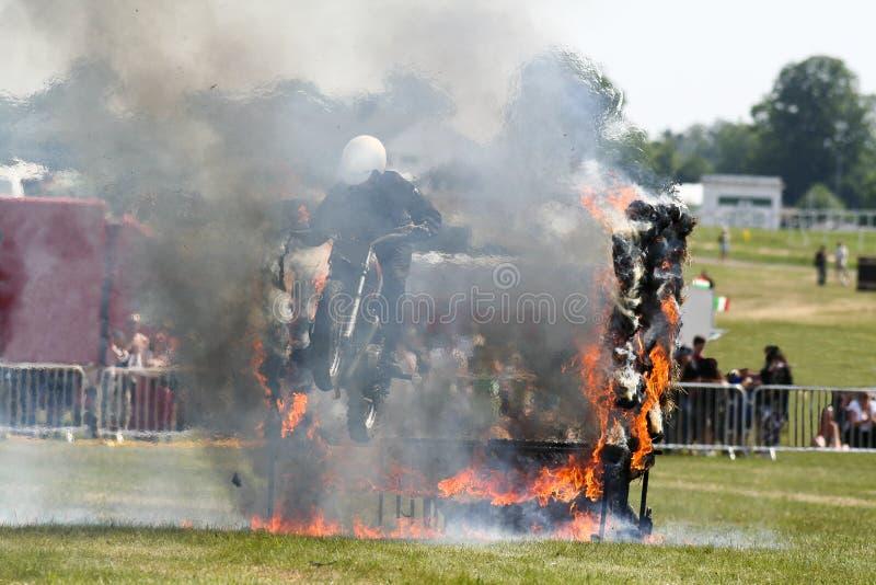 Motorcyclist скача через пламена стоковое изображение rf