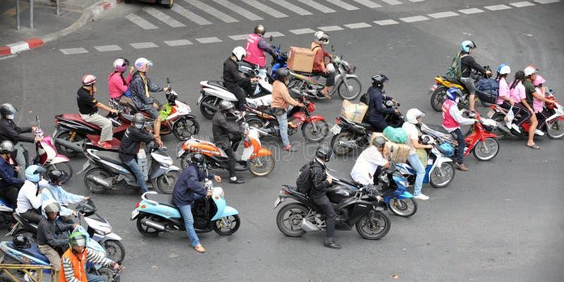 Motorcyclists на многодельной дороге в Бангкок стоковые изображения