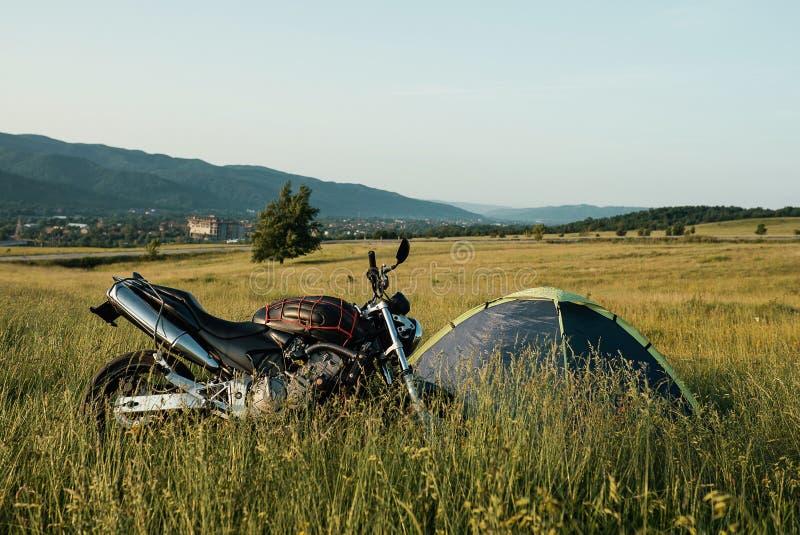 Motorcykel av handelsresanden på den Transfagarasan huvudvägen i Rumänien, den mest härliga vägen i Europa royaltyfria foton